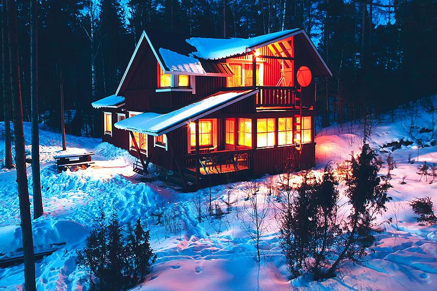 Tupula talvella illalla ulkopuolelta kuvattuna